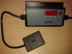 Picture of ST222 controller, type R thermocouple and plug
